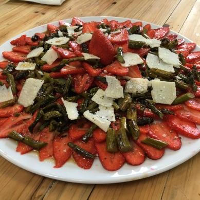 Carpaccio von der Erdbeere und grünem Spargel